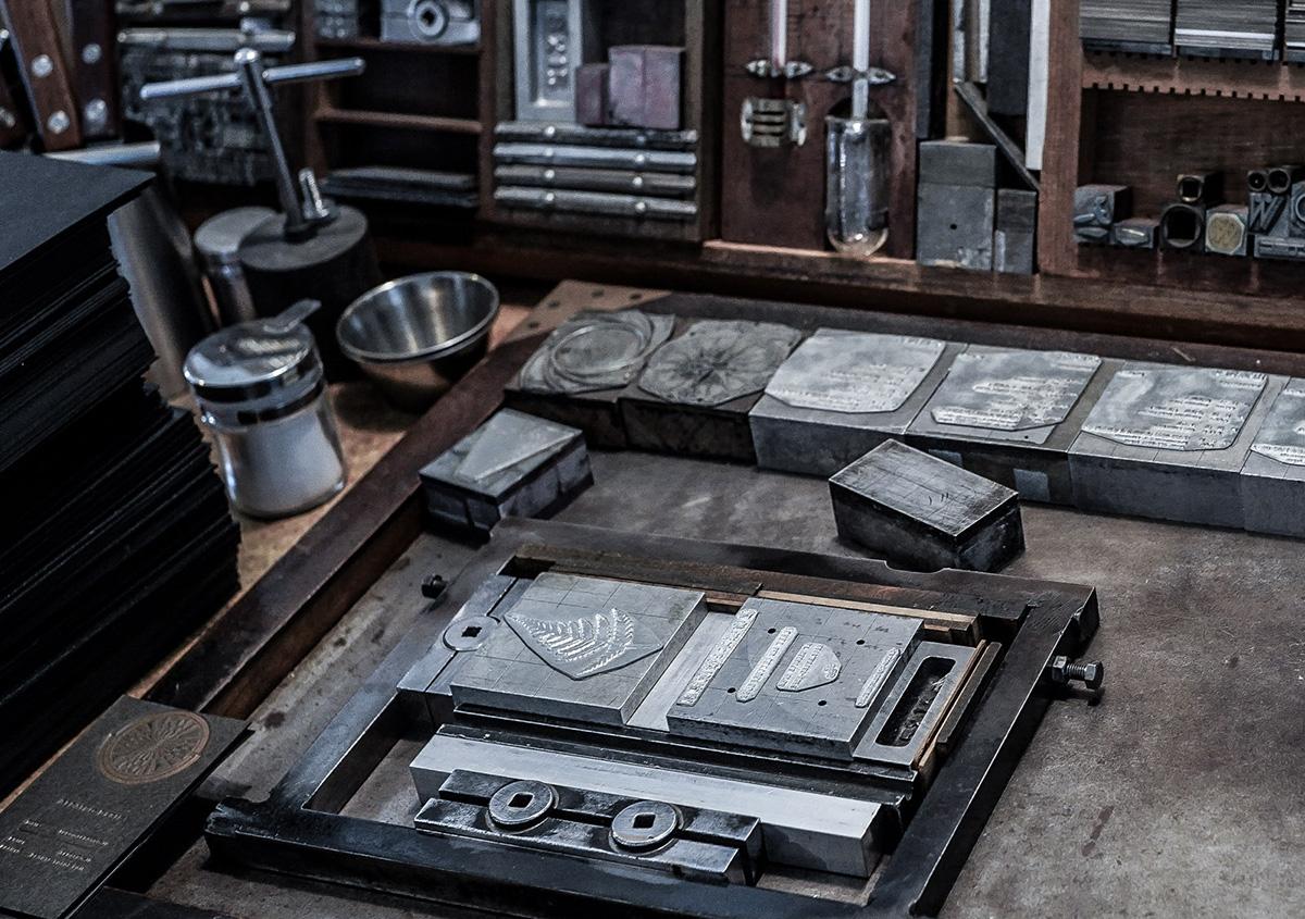 (写真3)活版を組む材料のインテルやクワタなど。インテルは、 行と行の間の空白部分を作る金属の板で、いろんな厚みがある。クワタは、文字と文字の間やまわりの空白部分を作るための金属の塊。 | 活版印刷の技術で、複製できない価値を生み出す - 生田信一(ファーインク) | 活版印刷研究所
