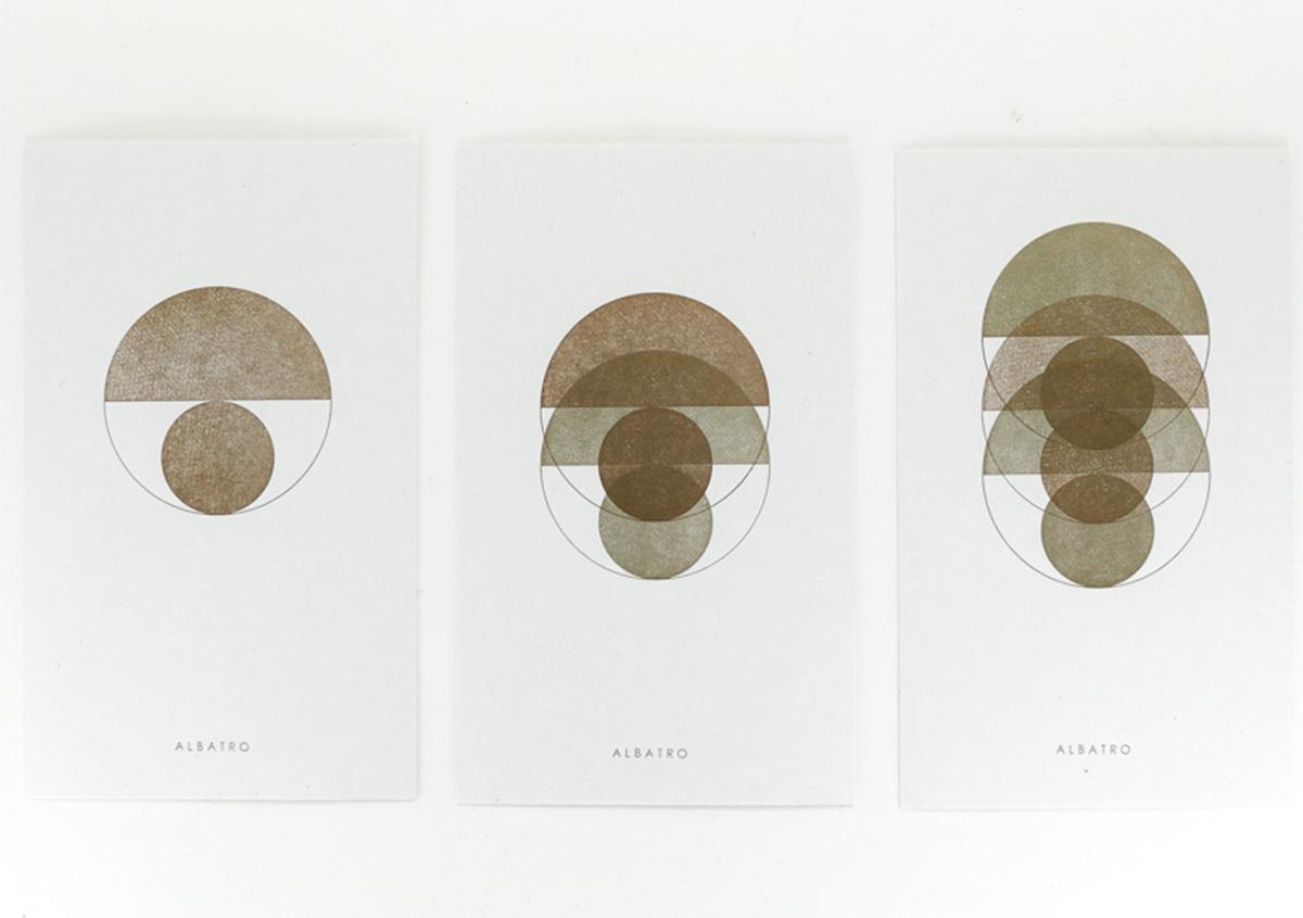 (写真5)ゴールドインキの重ね刷り。一色刷り終えるごとに版の位置を移動する。 | 活版印刷の技術で、複製できない価値を生み出す - 生田信一(ファーインク) | 活版印刷研究所