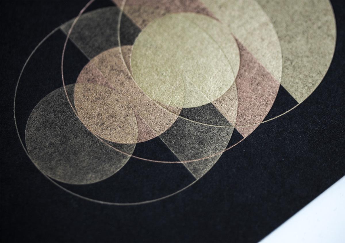 (写真6)ゴールドは光の加減で見え方が変わる。紙の質感がよく表れている。 | 活版印刷の技術で、複製できない価値を生み出す - 生田信一(ファーインク) | 活版印刷研究所