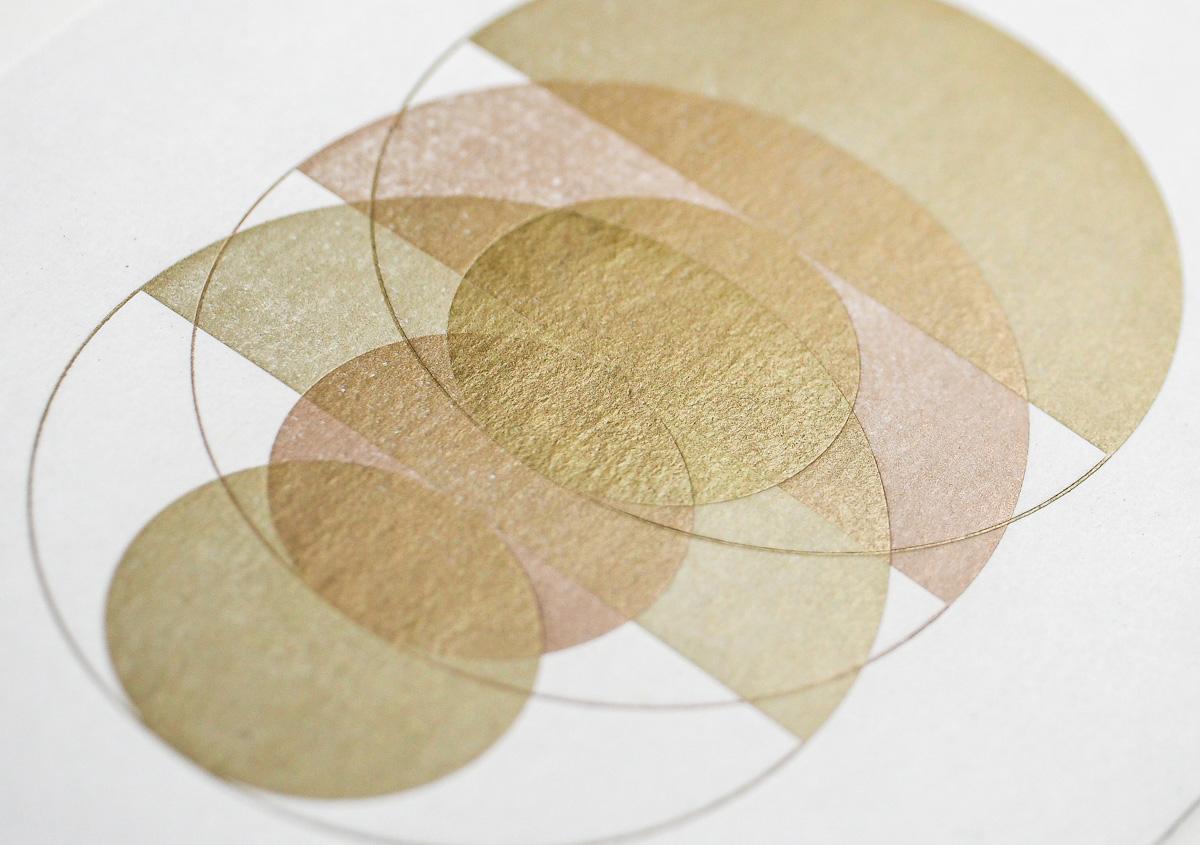 (写真7)ゴールドは光の加減で見え方が変わる。紙の質感がよく表れている。 | 活版印刷の技術で、複製できない価値を生み出す - 生田信一(ファーインク) | 活版印刷研究所