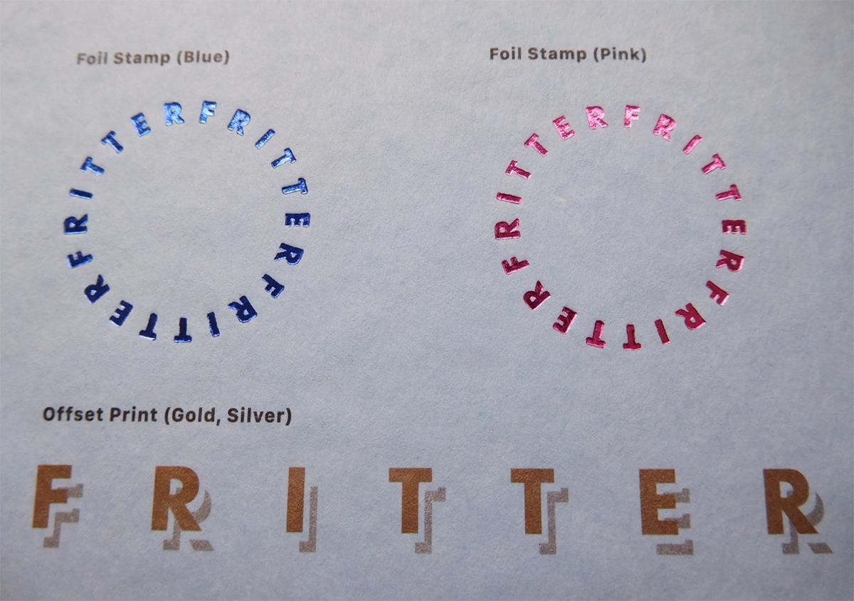 紙の表面に凹凸感があるにもかかわらず、意外と箔押しとの相性も良く、細かな文字もくっきりプレスされます。 | 紙の色名を決める(その1) - 平和紙業株式会社 | 活版印刷研究所