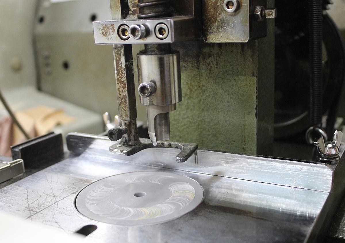 (写真4)型抜き機。スリップの坊主抜き専用機。 | 宮田印刷が手がける「 LETTERPRESS BOOK COVER 」 - 生田信一(ファーインク) | 活版印刷研究所
