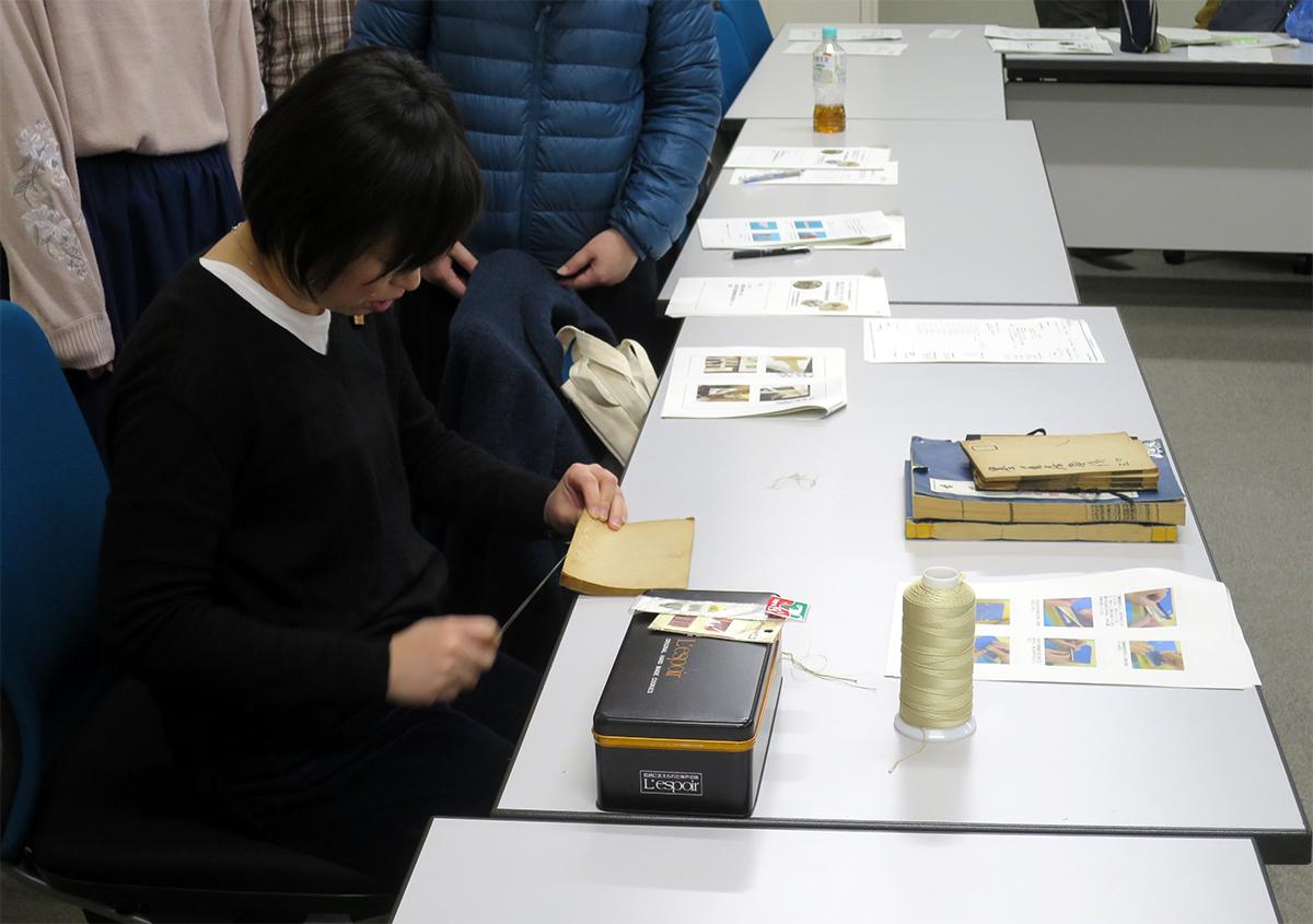 四つ目綴じのデモンストレーション | 日本古典籍講習会の報告会 - 京都大学図書館資料保存ワークショップ | 活版印刷研究所