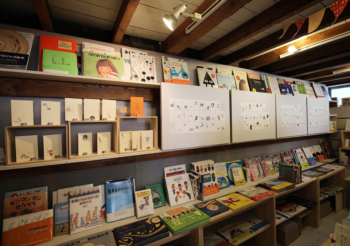 (写真5)Readin' Writin' BOOKSTORE奥のスペースに句集の全作品と、はがき、しおり、関連書籍が展示されました。 | 展覧会『 万太郎句抄と浅草図 』と活版印刷の魅力 - 生田信一(ファーインク) | 活版印刷研究所