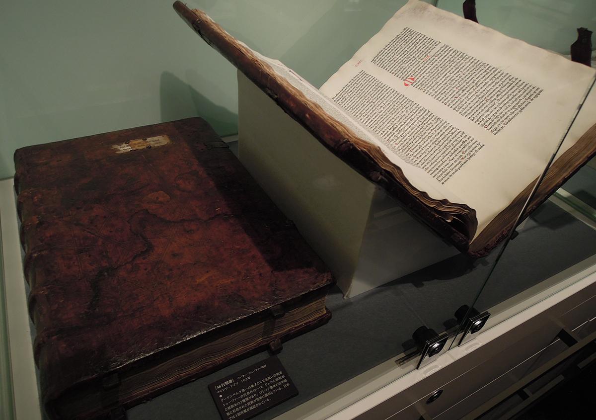 (写真4)グーテンベルクの42行聖書 | 株式会社モリサワへ行って来ました! - 京都大学図書館資料保存ワークショップ | 活版印刷研究所