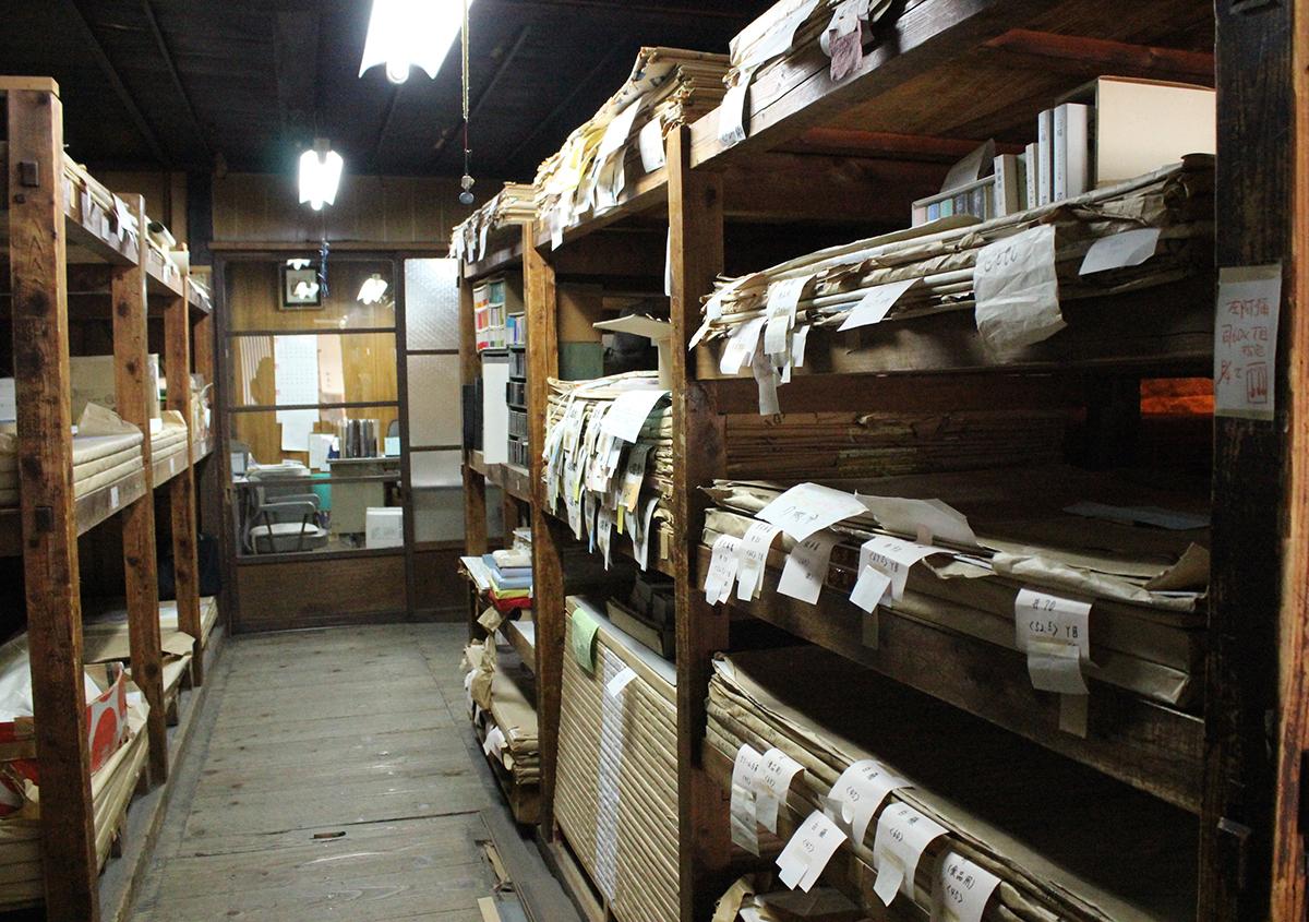 写真1 | 頼もしい昔ながらの紙屋さんへ 都産紙 みやこさんし - 白須美紀 | 活版印刷研究所