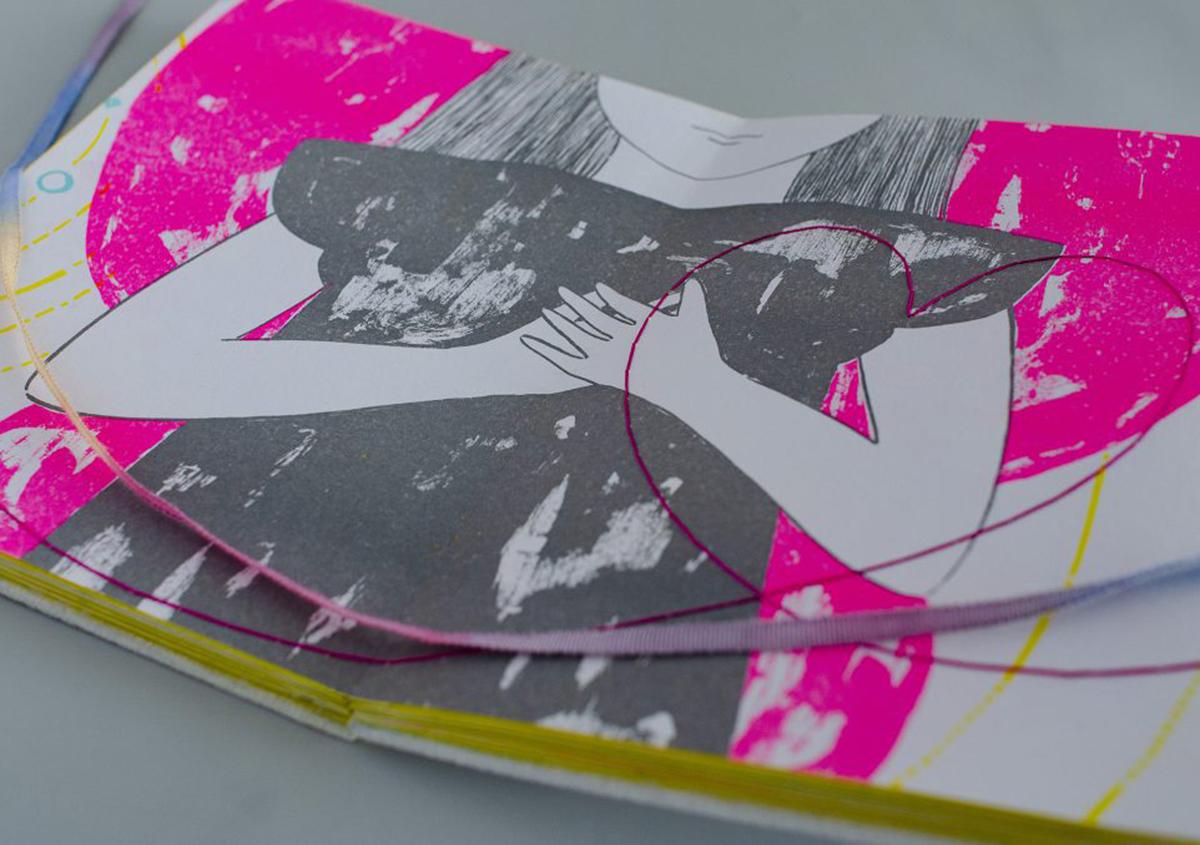 (写真6)本間あずささんが手がけられたジャバラ製本の絵本。刺繍はすべて手作業。表紙の素材はベルベット、箔押しも施されている。 | 絵本『ちょうちょうなんなん』から派生した『a Butterfly Effect』展 - TOPICS | 活版印刷研究所