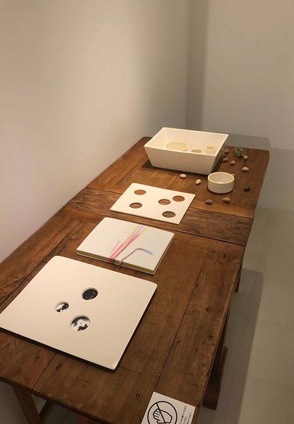 (写真8)こいけちえさんが手がけられた陶製の箱。 | 絵本『ちょうちょうなんなん』から派生した『a Butterfly Effect』展 - TOPICS | 活版印刷研究所