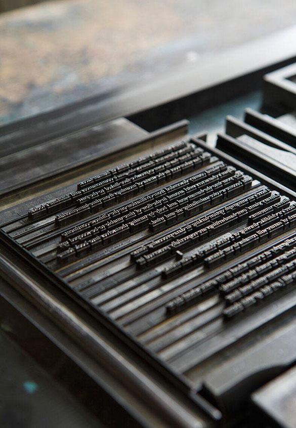 (写真2)嘉瑞工房 髙岡昌生さんが組まれた金属活字の印刷版。写真2:高見知香 | 書籍『本をつくる』 と 和紙表紙特装本『私たちの文字』 - 生田信一(ファーインク) | 活版印刷研究所