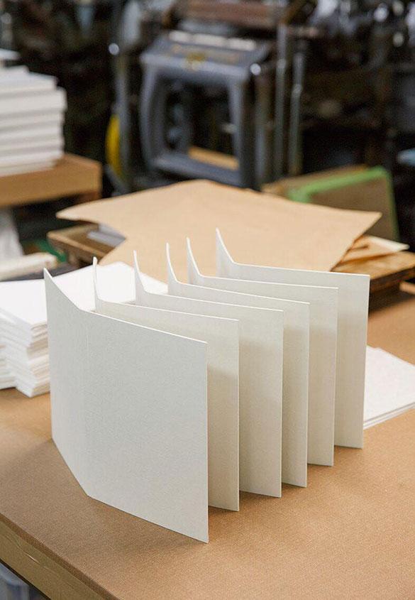 (写真6)美篶堂での手製本の作業風景。写真6:高見知香 | 書籍『本をつくる』 と 和紙表紙特装本『私たちの文字』 - 生田信一(ファーインク) | 活版印刷研究所