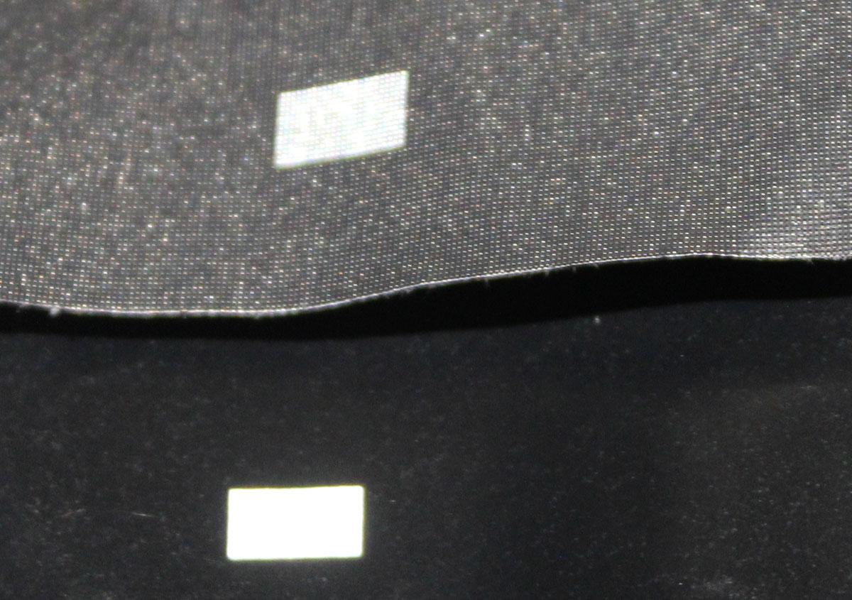 (写真11)黒の用紙にエンボス加工を加えている。上が加工後、下が加工前。 | 紙に質感や模様を与えるプレス加工──池ヶ谷紙工所さんの話を聞きました - 生田信一(ファーインク) | 活版印刷研究所