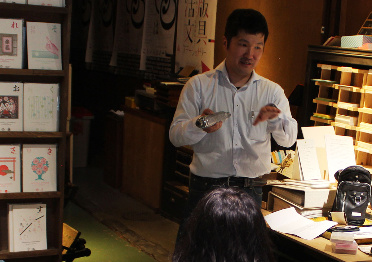 (写真3)池ヶ谷紙工所の池ヶ谷昌良さん。最初に会社の成り立ちをお話しいただいた。