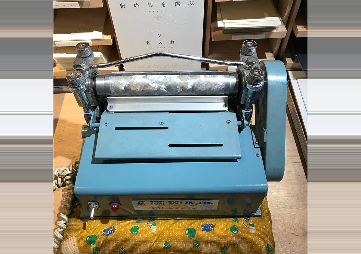 (写真4)会場に持ち込まれたミニエンボス機。 | 紙に質感や模様を与えるプレス加工──池ヶ谷紙工所さんの話を聞きました - 生田信一(ファーインク) | 活版印刷研究所