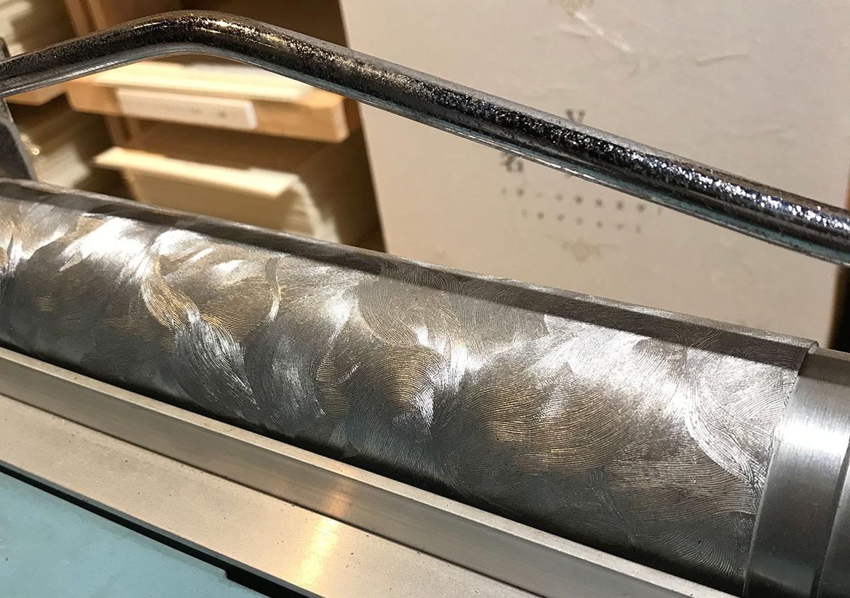 (写真5)テクスチャーの柄が彫刻されたローラー部分を拡大。 | 紙に質感や模様を与えるプレス加工──池ヶ谷紙工所さんの話を聞きました - 生田信一(ファーインク) | 活版印刷研究所