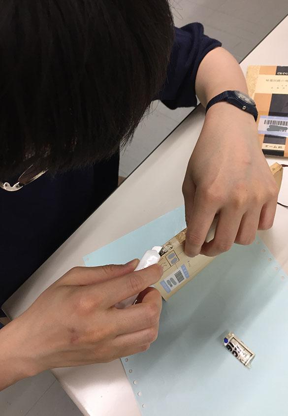 (写真4) | 表紙と背をつなぐ修理 ~修理法を見定める~ - 京都大学図書館資料保存ワークショップ | 活版印刷研究所