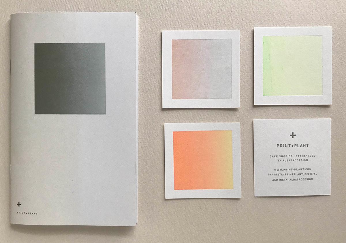 (写真10)Print+Plantの印刷サービスを解説したブックレットとショップカード。カードの裏面は「ランダム印刷」の手法で刷られている。 | 印刷カフェ Print+Plantが都立大学駅にオープン、不思議な空間を覗いてきました - 生田信一(ファーインク) | 活版印刷研究所