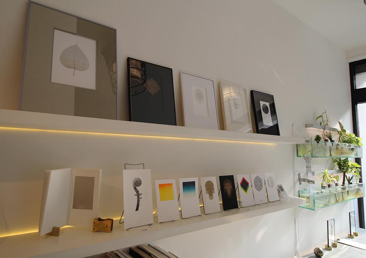 (写真2)さまざまなカードやアートブックが並ぶ。カウンターでくつろいで、コーヒーやスープを注文することもできます。 | 印刷カフェ Print+Plantが都立大学駅にオープン、不思議な空間を覗いてきました - 生田信一(ファーインク) | 活版印刷研究所