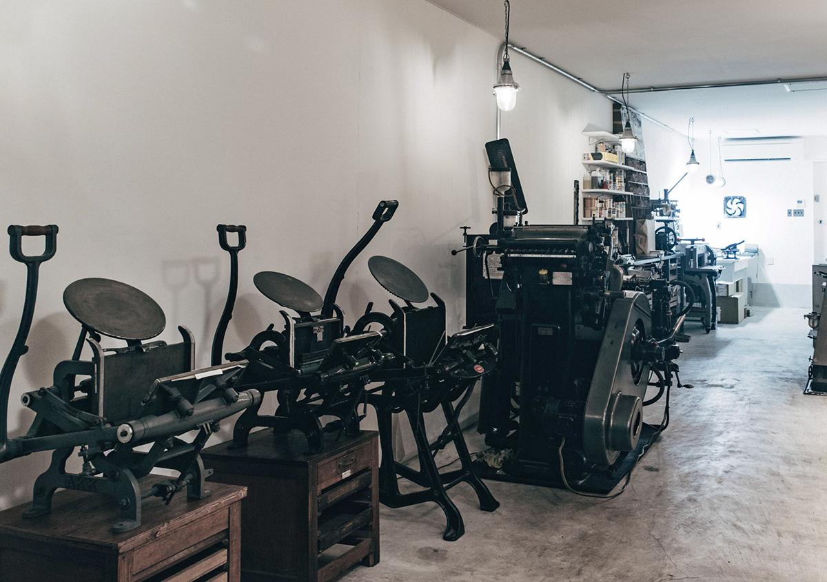 (写真5)手動の手キンや自動機のプラテン印刷機。 | 印刷カフェ Print+Plantが都立大学駅にオープン、不思議な空間を覗いてきました - 生田信一(ファーインク) | 活版印刷研究所