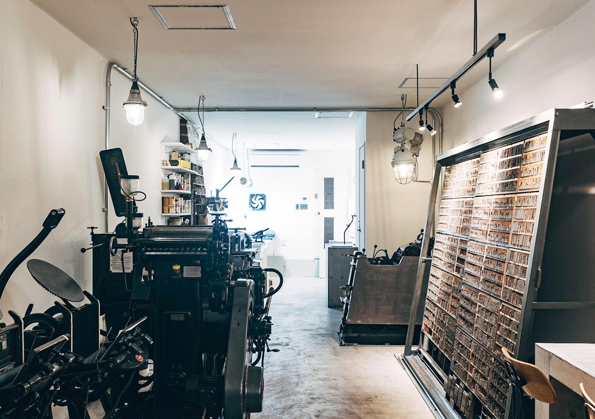 (写真6)手動の手キンや自動機のプラテン印刷機。 | 印刷カフェ Print+Plantが都立大学駅にオープン、不思議な空間を覗いてきました - 生田信一(ファーインク) | 活版印刷研究所