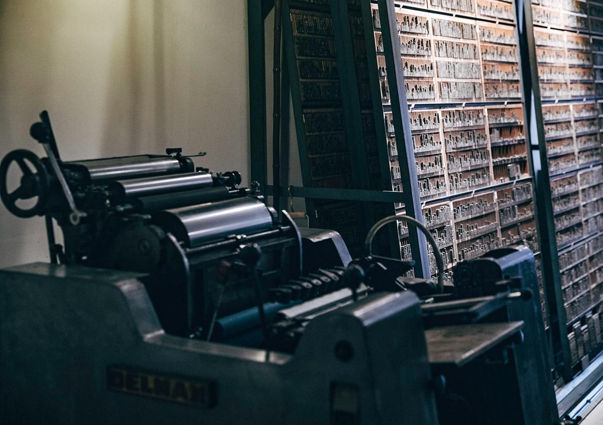(写真7)壁面を埋め尽くす金属活字の収納棚。 | 印刷カフェ Print+Plantが都立大学駅にオープン、不思議な空間を覗いてきました - 生田信一(ファーインク) | 活版印刷研究所
