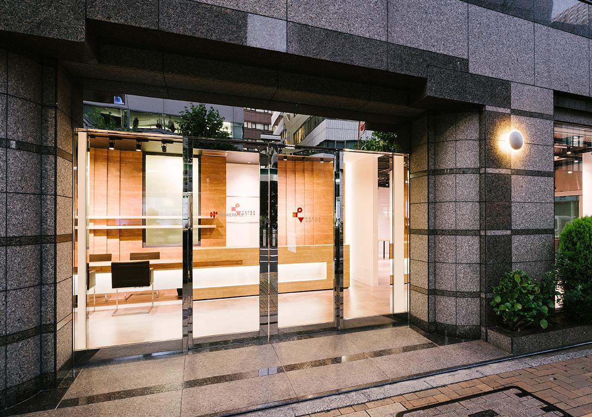 (写真1)ペーパーボイス東京1Fの入り口。ドアの奥に見えるのが接客用のカウンター。 | 平和紙業 ペーパーボイス東京がリニューアル、「PPP」展に行ってきました - 生田信一(ファーインク) | 活版印刷研究所