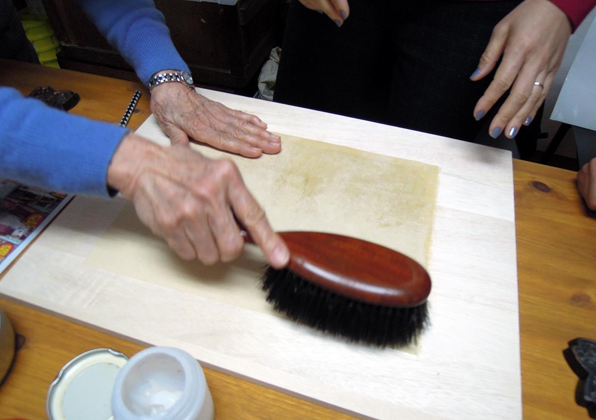 (写真3)裏打ちした後、洋服ブラシで糊をなじませる様子 | 資料保存ワークショップ「番外編」その活動の様子 - 京都大学図書館資料保存ワークショップ | 活版印刷研究所