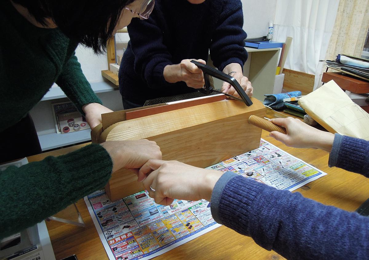 (写真4)本文背の部分に鋸を使って綴じ穴を開けます | 資料保存ワークショップ「番外編」その活動の様子 - 京都大学図書館資料保存ワークショップ | 活版印刷研究所