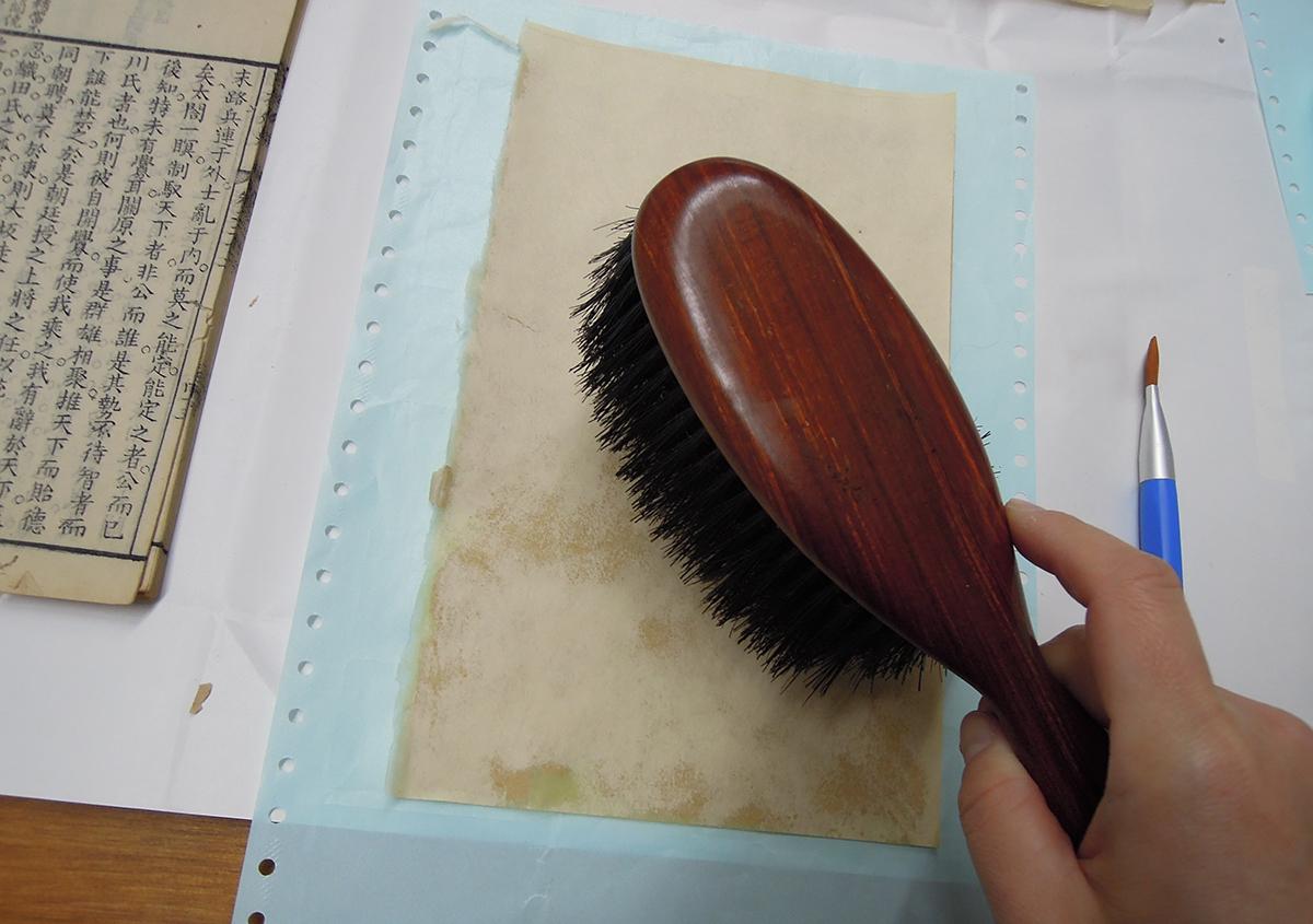 (写真4)裏打ち作業中   ある漢籍の修理 - 京都大学図書館資料保存ワークショップ   活版印刷研究所