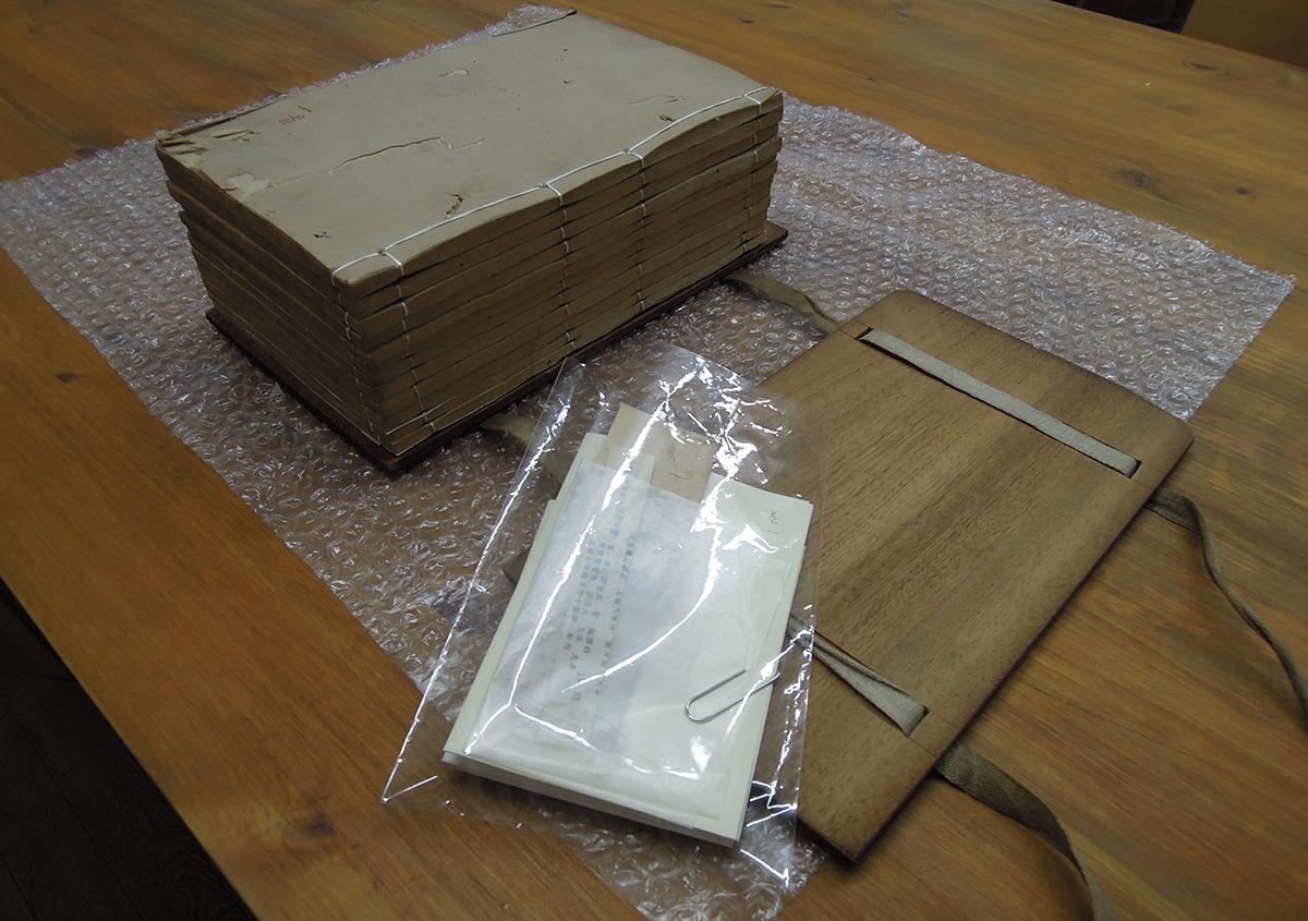 (写真9)元の綴じ糸や挟みものなど巻ごとに入れたものはまとめて   ある漢籍の修理 - 京都大学図書館資料保存ワークショップ   活版印刷研究所