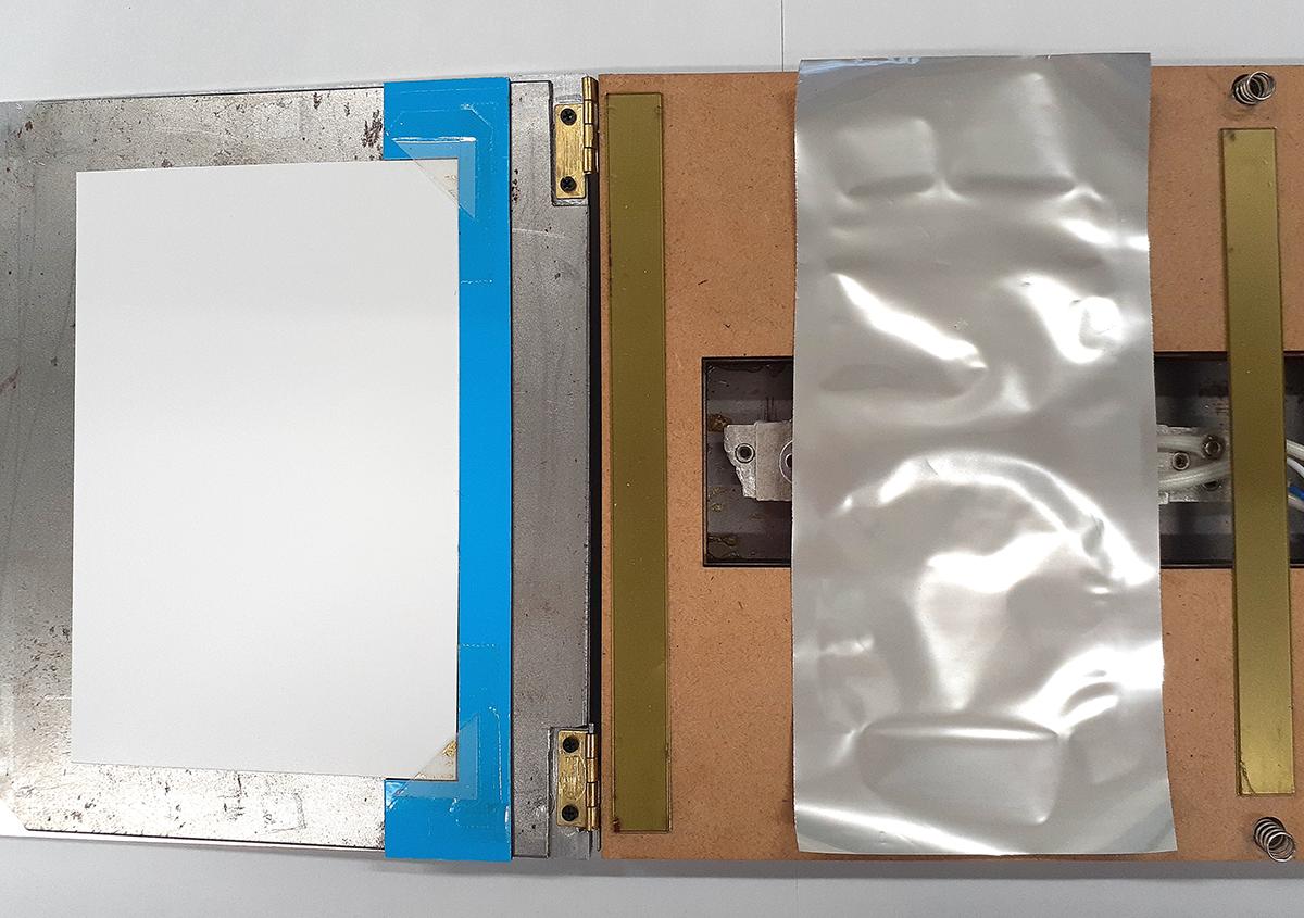 (写真5)   鬼滅ロゴ箔押し8 - (株)和光   活版印刷研究所
